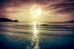 超级月亮 与云彩和明亮的满月的五颜六色的天空在se 图库摄影
