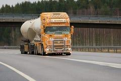 超级槽车斯科讷Kuljetus Auvinen R164在机动车路的 免版税库存图片