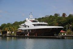 超级游艇在圣乔治` s小游艇船坞,格林纳达 免版税图库摄影