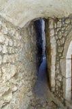 超级狭窄的街道在历史的Vrbnik的中心 克罗地亚 免版税库存照片