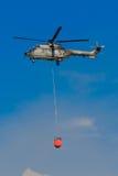 超级美洲狮欧洲直升机公司与Bambi桶的AS-332M1 T-317 库存照片