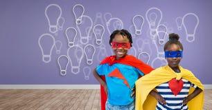 超级英雄哄骗与有电灯泡图表的紫色墙壁 库存照片