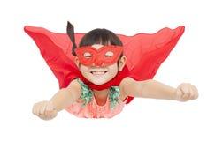 超级英雄在白色背景隔绝的女孩飞行 免版税库存照片