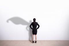 超级英雄女商人看 免版税库存图片