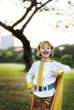 超级英雄女孩逗人喜爱的幸福乐趣嬉戏的概念 免版税库存照片