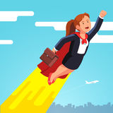 超级英雄海角飞行的女商人在天空 库存照片