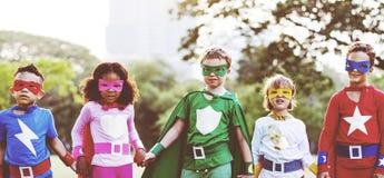 超级英雄演奏统一性乐趣概念的孩子朋友 图库摄影