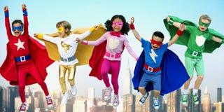 超级英雄演奏统一性乐趣概念的孩子朋友 免版税库存照片