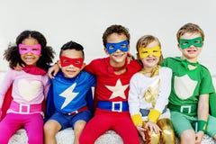超级英雄演奏统一性概念的孩子朋友 库存图片