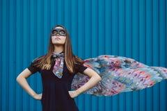黑超级英雄面具的女孩 免版税库存照片