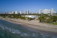 超级豪华豪宅空中照片在海滩的 免版税库存图片