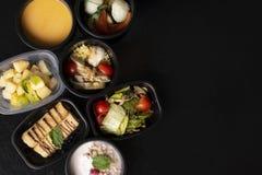 超级食物和维生素、macronutrients和矿物在适当的营养,平衡饮食方面在eco食盒 免版税库存图片