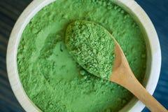 超级食物辣木科绿色粉末 库存照片