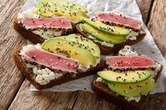 超级食物:三明治用在芝麻、鲕梨和co的金枪鱼排 库存照片