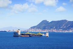 超级马达船向云运载另一条小船的寇 免版税库存照片