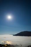 超级满月和雾与山的早晨在Khao Kho 库存图片