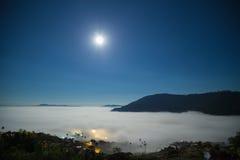 超级满月和雾与山的早晨在Khao Kho 免版税库存照片
