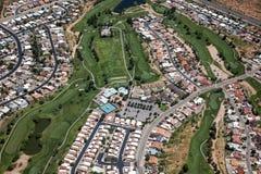 超级绿色高尔夫球场 免版税库存图片