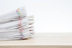 超载关于木桌的文书工作报告并且复制空间 免版税库存照片