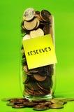 超载在玻璃的硬币与稠粘的笔记储备 免版税库存图片