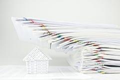 超载销售和收据堆文书工作在房子 免版税库存图片