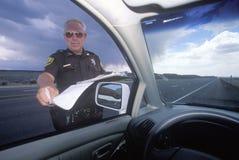 给超速行车罚单,新墨西哥的县警长 免版税库存图片