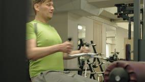 超重人份额降低热衷,背部锻炼,在健身房 ?? r 影视素材