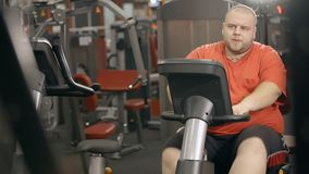 超重人在自行车训练在健身房锻炼 影视素材