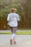 超重妇女后面赛跑 在重量白人妇女的美好的腹部概念损失 免版税库存图片