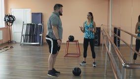 超重男性和女性教练员与完善的身体烧伤卡路里由锻炼 从运动女孩的个人训练为 股票视频