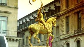 超HD 4K,实时,徒升,镀金了描述圣徒让娜d弧(圣贞德)的古铜色骑马雕象 安置des Pyramides, 股票录像