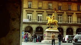 超HD 4K,徒升,镀金了描述圣徒让娜d弧(圣贞德)的古铜色骑马雕象 安置des Pyramides, 股票录像