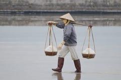 越南与盐的妇女运载的篮子 免版税库存图片