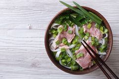 越南人与牛肉关闭的Pho Bo汤 顶视图 库存图片
