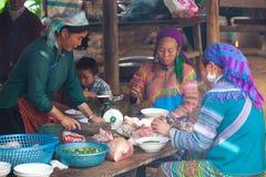 越南人供食传统面条和猪肉的Hmong妇女 免版税库存照片