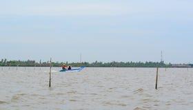 越南人航行在湄公河的一条小船 免版税库存照片