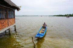 越南人航行在湄公河的一条小船 图库摄影