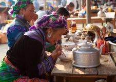 越南人Hmong部落有膳食作为早餐 免版税库存图片