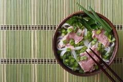 越南人Pho Bo汤用罕见的牛肉,米线和新鲜他 免版税库存照片