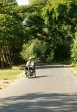 越南伤残,轮椅,乡下公路 库存照片