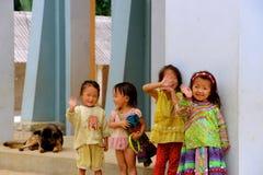 越南儿童挥动 免版税库存图片