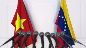 越南和委内瑞拉的旗子在国际会议或交涉新闻招待会 3D动画 股票录像