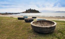 越南在海滩的被编织的竹篮子小船。 免版税库存图片