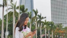 越南女孩谈话在电话 岘港市 库存图片