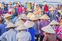 越南妇女圆锥形帽子在长的海氏鱼市上 图库摄影