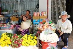 越南妇女在一个传统湿市场上的采白发 库存照片