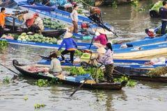 越南妇女在Nga Nam浮动市场上 库存图片
