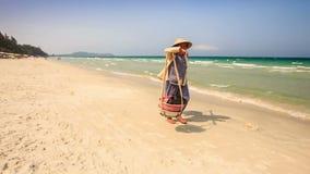 越南妇女运载食物反对天蓝色的海 影视素材