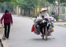 越南妇女骑马自行车 免版税库存图片