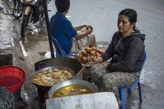 越南妇女,准备街道食物,在芽庄市 库存图片